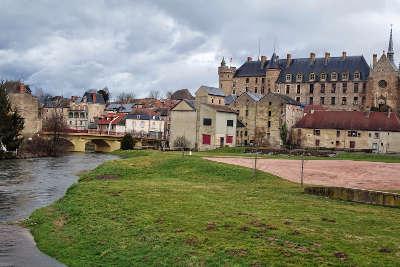 Vue de lapalisse avec le chateau de la palice route de la montagne bourbonnaise routes touristiques de l allier guide touristique auvergne