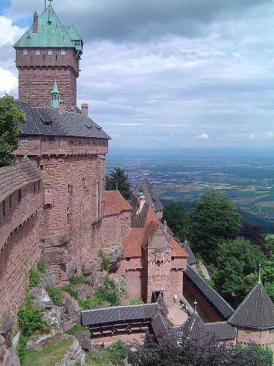 Vue du chateau du haut koenigsbourg sur la plaine d alsace au fond la foret noire route des chateaux d alsace guide du tourisme copie