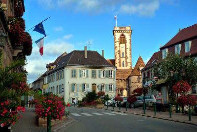 Wasselonne vue vers la tour du chateau route des vosges centrales guide du tourisme du bas rhin alsace