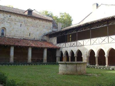 Abbaye de flaran cloitre routes touristiques de gers guide du tourisme midi pyrenees