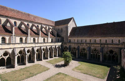 Abbaye de noirlac l eglise et le dortoir routes touristiques dans le cher guide du tourisme centre val de loire
