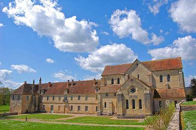 Abbaye de noirlac routes touristiques dans le cher guide du tourisme centre val de loire