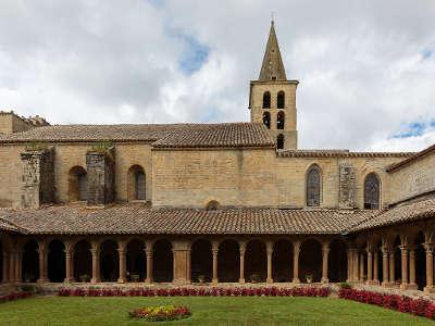 Abbaye de saint papoul cloitre routes touristique de aude guide du tourisme du languedoc roussillon