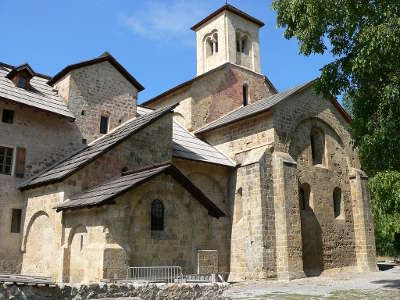Abbaye notre dame de boscodon les routes touristiques des hautes alpes guide du tourisme de provence alpes cote d azyr