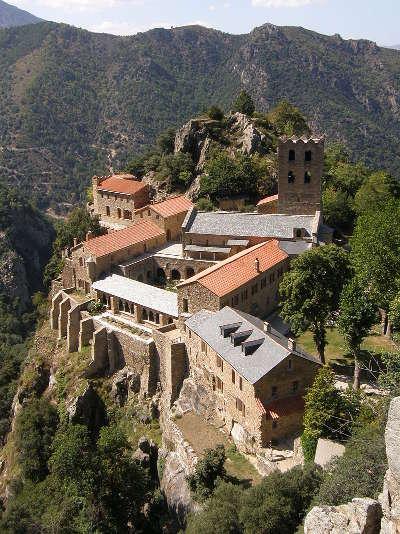 Abbaye saint martin du canigou routes touristiques des pyrenees orientale guide du tourisme occidanie