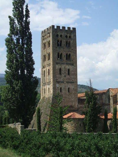 Abbaye saint michel de cuxa clocher sud routes touristiques des pyrenees orientale guide du tourisme occidanie