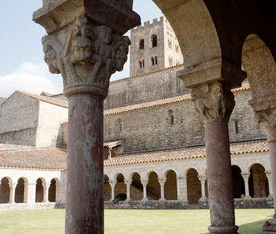Abbaye saint michel de cuxa le cloitre depuis les vergers routes touristiques des pyrenees orientale guide du tourisme occidanie