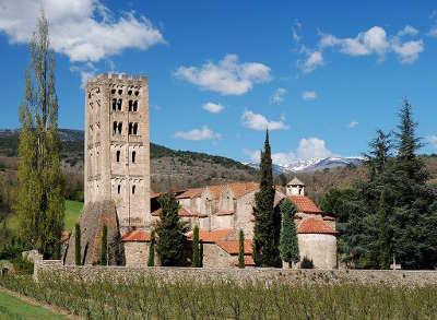 Abbaye saint michel de cuxa vue de l abbaye depuis les vergers routes touristiques des pyrenees orientale guide du tourisme occidanie