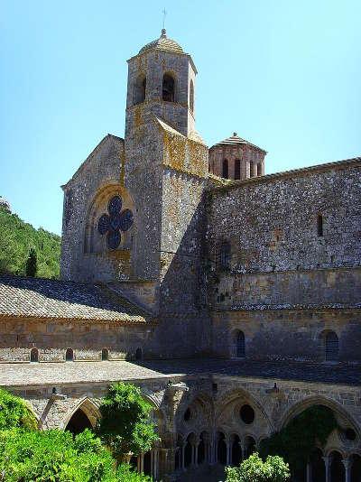 Abbaye sainte marie de fontfroide l eglise et le cloitre routes touristique de aude guide du tourisme du languedoc roussillon