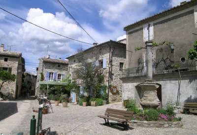 Aigueze l un des plus beaux villages routes touristiques du gard guide touristique du languedoc roussillon