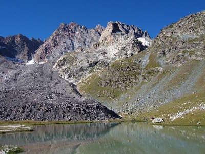 Aiguille de chambeyron face nord de l aiguille avec le lac et le glacier du marinet routes touristique des alpes de haute provence guide du tourisme provence alpes cote d azur