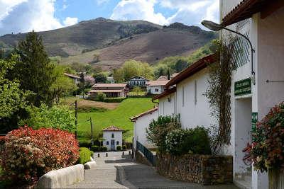 Ainhoa route des cols des pyrenees guide du tourisme des pyrenees atlantiques aquitaine