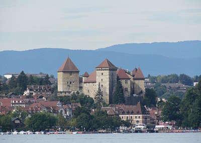 Annecy ville d art et d histoire le chateau vu du lac routes touristiques de haute savoie guide du tourisme de rhone alpes