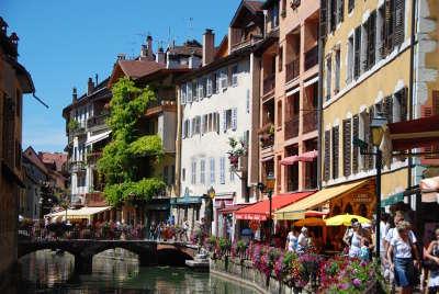 Annecy ville d art et d histoire rue le long du canal routes touristiques de haute savoie guide du tourisme de rhone alpes
