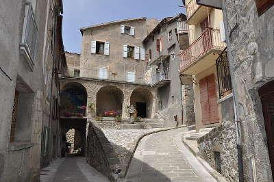 Annot villages et cite de caractere maisons a arcades routes touristique des alpes de haute provence guide du tourisme provence alpes cote d azur