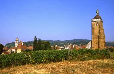 Arbois petite cite comtoise de caractere l eglise saint just au milieu des vignes routes touristiques du jura guide touristique de franche comte