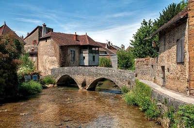 Arbois petite cite comtoise de caractere pont des capucins routes touristiques du jura guide touristique de franche comte