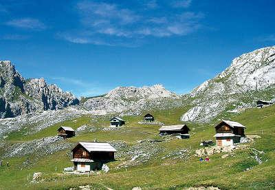 Arvieux queyras chalets de montagne routes touristiques des hautes alpes guide du tourisme de provence alpes cote d azyr