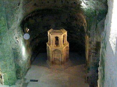 Aubeterre sur dronne plus beau village l eglise souterraine saint jean et son imposant reliquaire routes touristiques de charente guide du tourisme du poitou charente