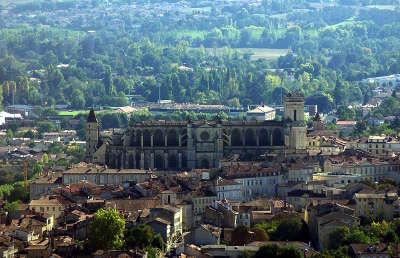 Auch panorama sur le centre historique routes touristiques de gers guide du tourisme midi pyrenees