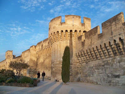 Avignon remparts de l oulle avec leurs tours routes touristiques du vaucluse guide du tourisme de provence alpes cote d azur