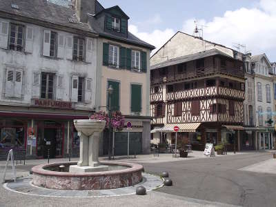 Bagneres de bigorre place de strasbourg routes touristique des hautes pyrenees guide du tourisme midi pyreneess