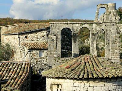 Balazuc plus beau village et village de caractere clocher vieille eglise routes touristiques de ardeche guide du tourisme du rhone alpes