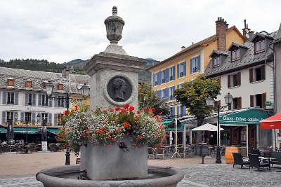 Barcelonnette place centrale routes touristique des alpes de haute provence guide du tourisme provence alpes cote d azur