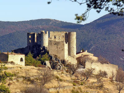 Bargeme plus beau village le chateau routes touristiques du var guide du tourisme de la provence alpes cote d azur
