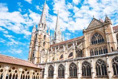 Bayonne cathedrale saint marie routes touristiques des pyrenees atlantiques guide du tourisme nouvelle aquitaine