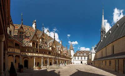 Beaune hospices de beaune avec tuile vernissee de bourgogne route touristique en cote d or guide du tourisme en bourgogne