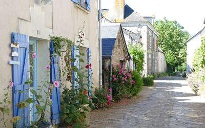 Behuard petite cite de caractere ruelle fleuri routes touristiques de maine et loire guide du tourisme du pays de la loire