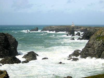 Belle ile en mer la pointe des poulains battue par la mer routes touristiques dans le morbihan guide du tourisme en bretagne