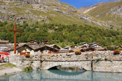 Bonneval sur arc vieux pont a l entree du village routes touristiques de savoie guide touristique de rhone alpes