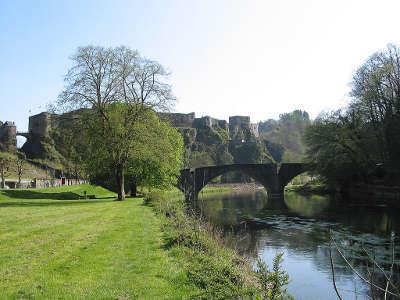 Bouillon la semois le vieux pont et le chateau routes touristiques dans les ardennes guide du tourisme grand est