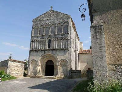 Bourg charente eglise saint jean baptiste routes touristique de charente guide du tourisme de poitou charentes