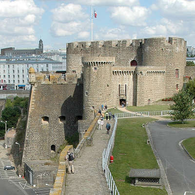 Brest ville d art et d histoire le donjon du chateau de brest vu de la tour de brest routes touristiques dans le finistere guide du tourisme en bretagne