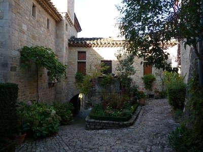 Bruniquel plus beau village une ruelle pavee routes touristiques du tarn et garonne guide du tourisme midi pyrenees