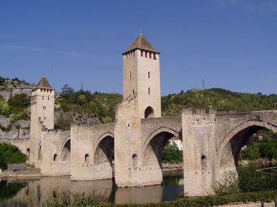 Cahors ville d art et d histoire le pont velentre routes touristiques du lot guide touristique midi pyrenees