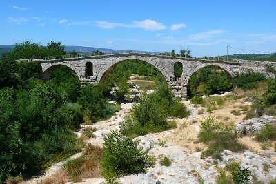 Calavon le pont julien enjambant le calavon a la hauteur de bonnieux routes touristiques du vaucluse guide du tourisme de provence alpes cote d azur