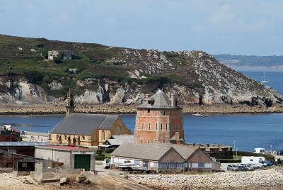 Camaret sur mer le sillon avec la tour vauban routes touristiques dans le finistere guide du tourisme en bretagne
