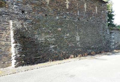 Cande la base de ce mur rue saint denis est un reste hypothetique du donjon medieval routes touristiques de maine et loire guide du tourisme du pays de la loire