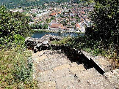 Capdenac le haut escalier la fontaine romaine dite des anglais plus beau village routes touristiques du lot guide touristique midi pyrenees