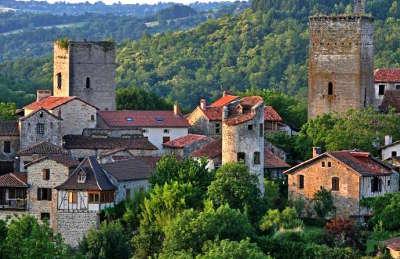 Cardaillac plus beau village tours de sagnes de l horloge et ronde qui surplombent les maisons routes touristiques du lot guide touristique midi pyrenees