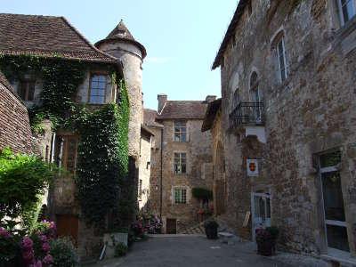 Carennac plus beau village ruelle routes touristiques du lot guide touristique midi pyrenees