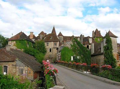 Carennac plus beau village vue du village routes touristiques du lot guide touristique midi pyrenees
