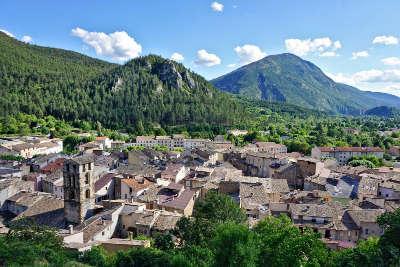 Castellane village de caractere routes touristiques des alpes de haute provence guide touristique de la provence alpes cote d azur
