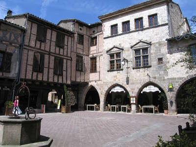 Castelnau de montmiral plus beau village place a arcade routes touristiques du tarn guide du tourisme midi pyrenees