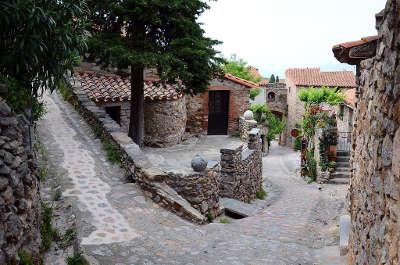 Castelnou ruelle plus beaux villages les routes touristiques des pyrenees orientale guide du tourisme occidanie