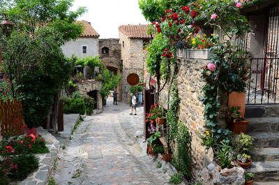 Castelnou ruelle plus beaux villages routes touristiques des pyrenees orientale guide du tourisme occidanie